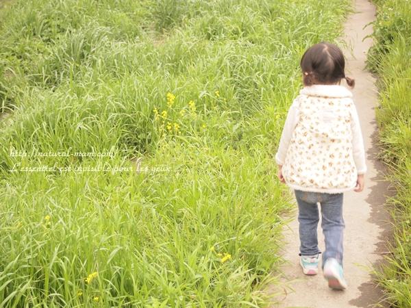 草むらで撮影した子供の写真