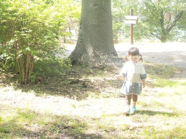 森にてPEN-LITEで撮影した子供の写真