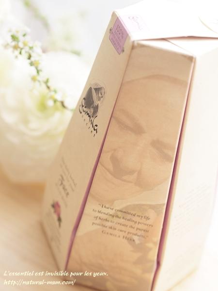 ガミラシークレットフェイスオイルのパッケージ側面にもガミラおばあちゃんの写真がありました