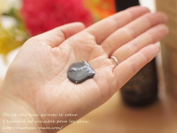 韓国コスメ、美と秀の黒い石のクリームソープのテクスチャと色