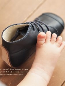 赤ちゃんのファーストシューズモネリーナと赤ちゃんの足