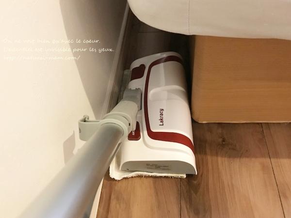 ショップジャパンのラクラシー スチームモップで細い部分を掃除