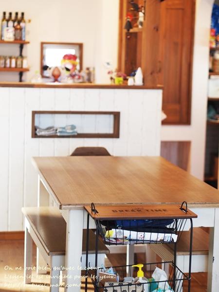 テーブルの上を片づけるワゴン収納