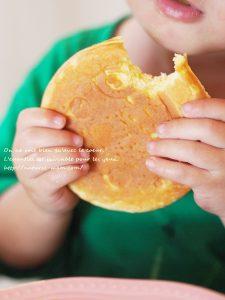 スマイルベイカーミニで作ったパンケーキを食べる子供